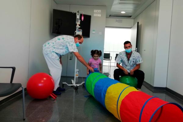 La Campaña 'Un Juguete, Una Ilusión' sigue impulsando la donación de juguetes en España y realiza una nueva entrega a niños hospitalizados en Almería